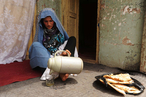 Pari aprendeu a fazer por conta própria várias atividades usando apenas os pés (Foto: Aref Karimi/AFP)