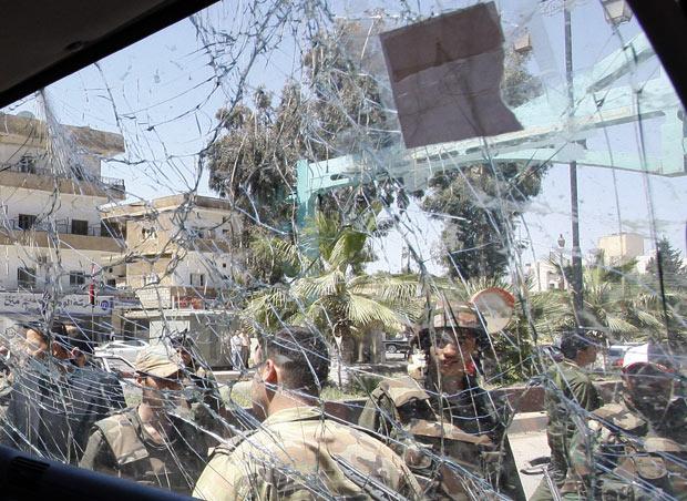 Soldados no local da explosão densta quarta-feira (9) na província síria de Deraa (Foto: Muzaffar Salman/AP)