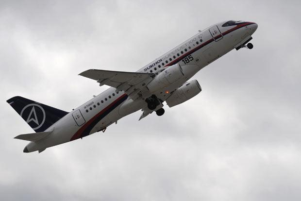 Sukhoi Superjet 100 semelhante ao desaparecido nesta quarta-feira (9) é visto em show próximo a Moscou (Foto: AP)