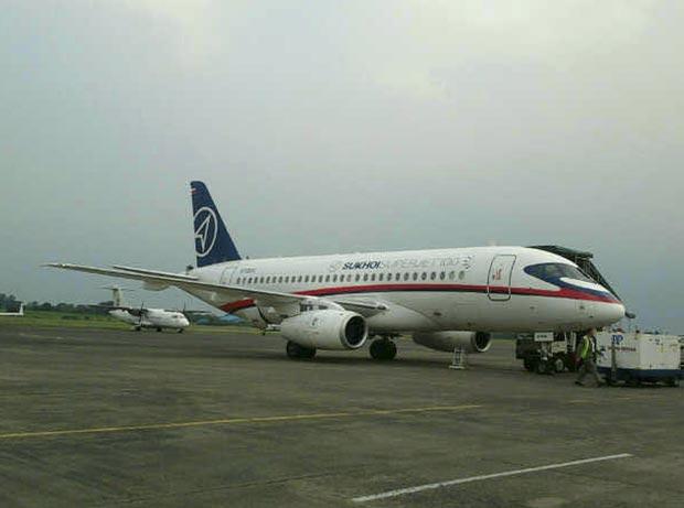 Imagem mostra o avião desaparecido pousado, na terça-feira (8), no aeroporto em Jacarta, capital da Indonésia (Foto: AP)