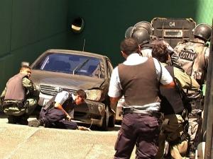 Ladrões foram supreendidos por cerco policial ao tentar fugirem do condomínio (Foto: TV Verdes Mares/ Reprodução)