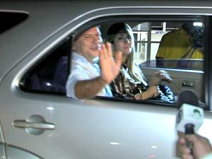Governador Cid Gomes acena após deixar o HGF na madrugada desta quarta-feira (9) (Foto: TV Verdes Mares/Reprodução)