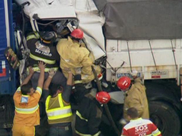 Bombeiros trabalhavam para retirar vítima presa nas ferragens (Foto: Reprodução/ TV Globo)