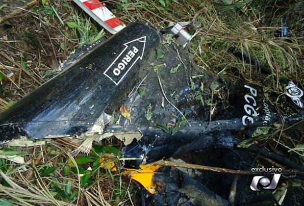 Destroços do helicóptero que caiu em fazenda de Piranhas, Goiás (Foto: Reprodução/TV Anhanguera)