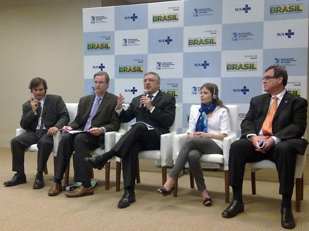 O ministro Alexandre Padilha (no centro, com o microfone) apresentou os dados da pesquisa Vigitel sobre a diabetes (Foto: Felipe Néri/G1)
