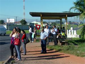 Passageiros esperam em ponto de ônibus após paralisação na região de Campinas (Foto: Reprodução EPTV)