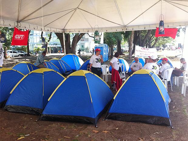 Enfermeiros acampam em frente ao Ministério da Saúde, na Esplanada dos Ministéiros, para reivindicar aumento do piso salarial e regulamentação da jornada de trabalho (Foto: Filipe Matoso/G1)