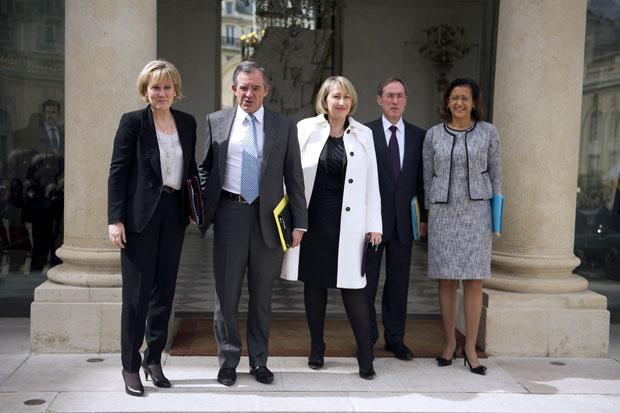 Ministros deixam o Palácio do Eliseu, em Paris, após reunião de gabinete com Sarkozy nesta quarta-feira (9) (Foto: AP)