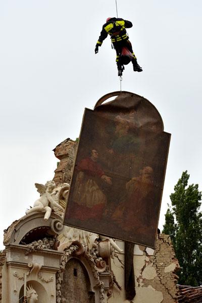 Bombeiro participa de resgate de obra em igreja na Vila de San Carlo, região de Modena, após terremoto