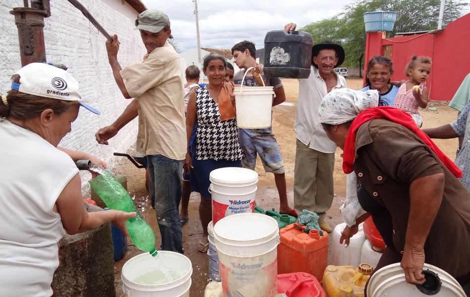 Poço abastecido com água de carro-pipa gera filas em Jutaí, distrito de Lagoa Grande. O serviço funciona das 8h às 12h. Os moradores não precisam pagar pela água, mas têm que ter disposição para carregar os baldes cheios.