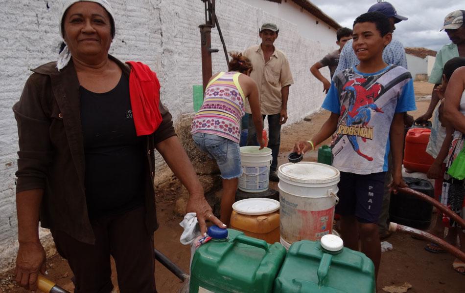 Maria Vilma de Souza faz várias viagens por dia para pegar água. 'Moram 12 pessoas lá em casa, é muita gente para beber, tomar banho', contou.