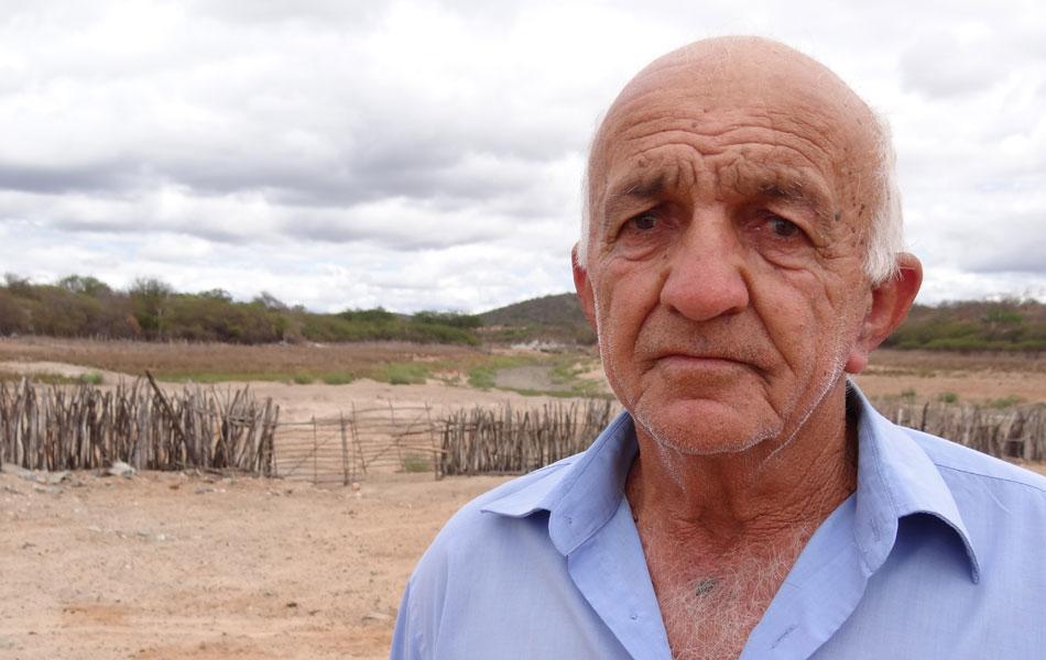 Seu Adolfo Gomes vive ao lado da barragem Contendas. Este ano, não plantou nada. 'Até arei a terra, mas sem chuva, vi que não ia valer a pena', disse.