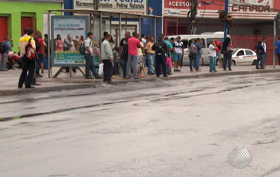 População espera por ônibus no início da manhã desta quarta-feira (23), em Salvador.