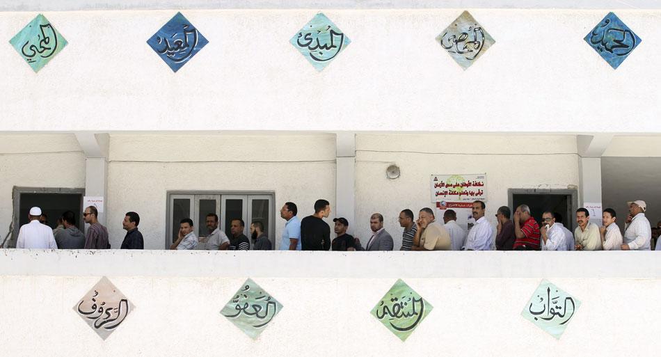 24 de maio - Egípcios em fila aguardam na sacada de um posto de votação em Alexandria, ao norte do Cairo