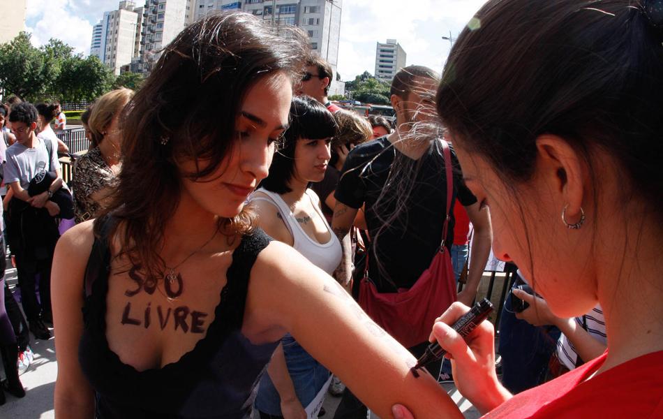 Participantes são vistos durante preparativos para a Marcha das Vadias, em São Paulo