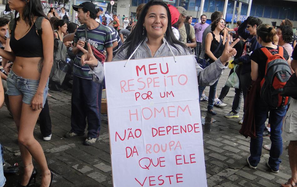 Várias mulheres levaram cartazes para a manifestação