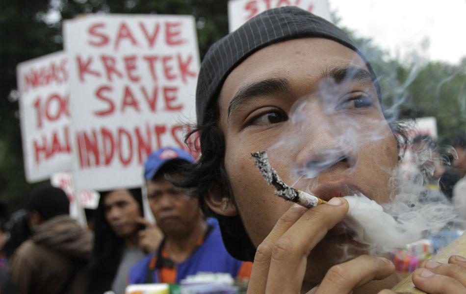 Vendedor de cigarro participa de um protesto contrário ao Dia Mundial Sem Tabaco em Jacarta, na Indonésia. Dezenas de vendedores de fumo e cigarro participaram da manifestação, dizendo que a data prejudica seus negócios e os de pequenos fazendeiros