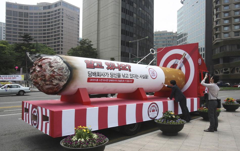 'Cigarro gigante' é exibido em rua de Seul, na Coreia do Sul
