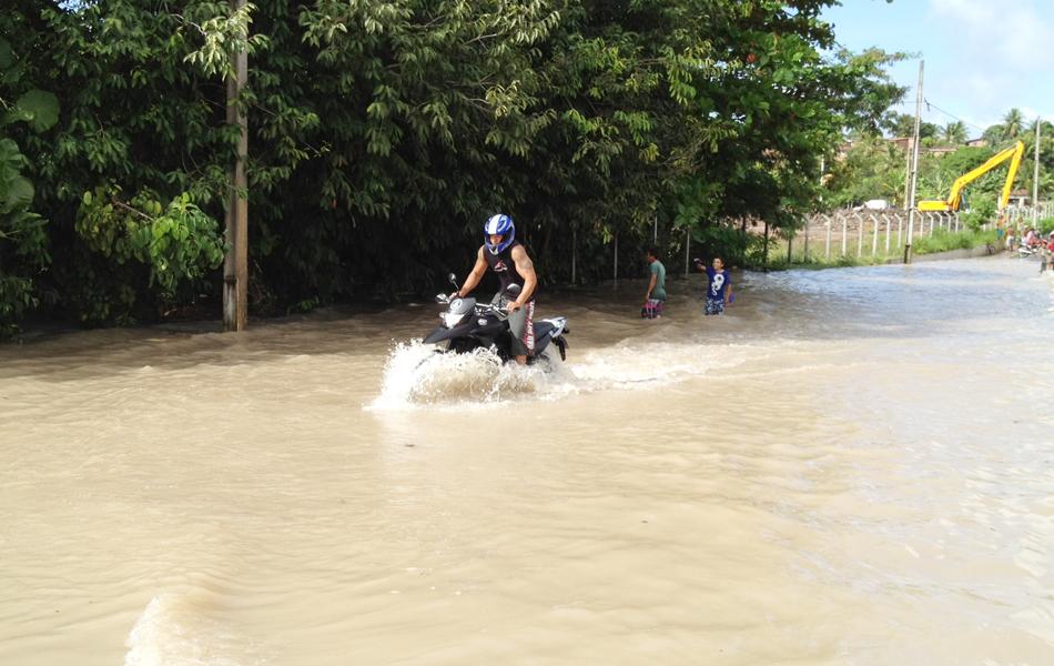 Motociclista se arriscou na hora de passar por ponte sobre o rio Cuiá no bairro Valentina, em João Pessoa