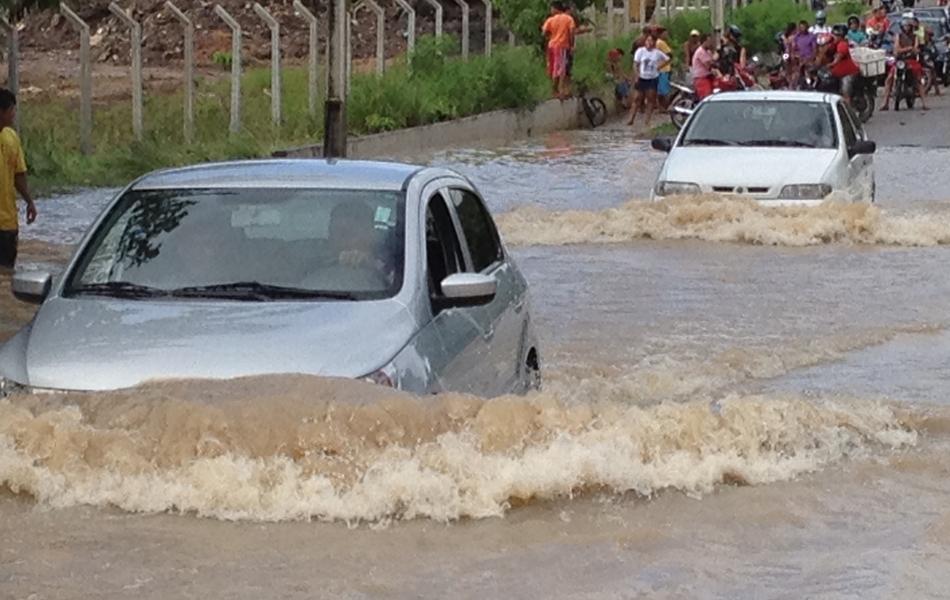 Pessoas prejudicadas pela chuva podem ligar para Defesa Civil (0800 285 90 20) ou Corpo de Bombeiros (193)