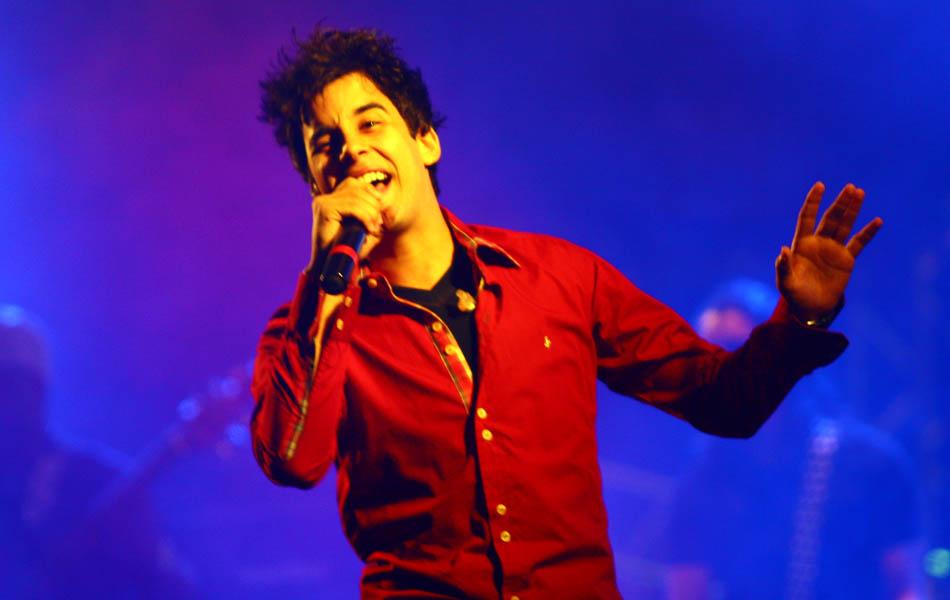 Romário canta seus sucessos e tira público do chão