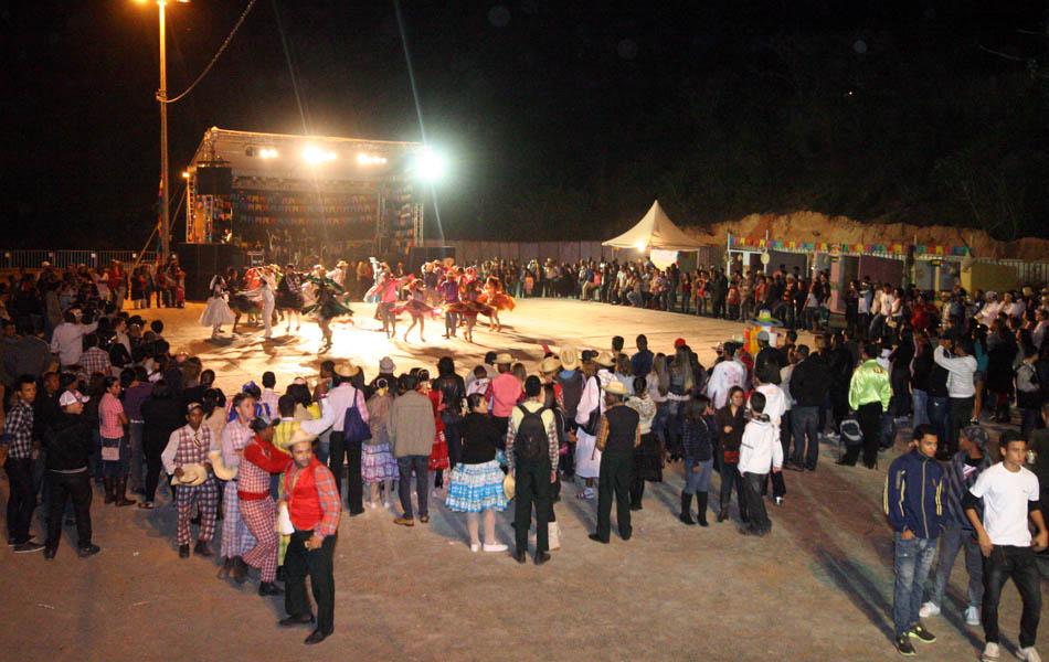Público dança com grupo de quadrilha da São João de Minas