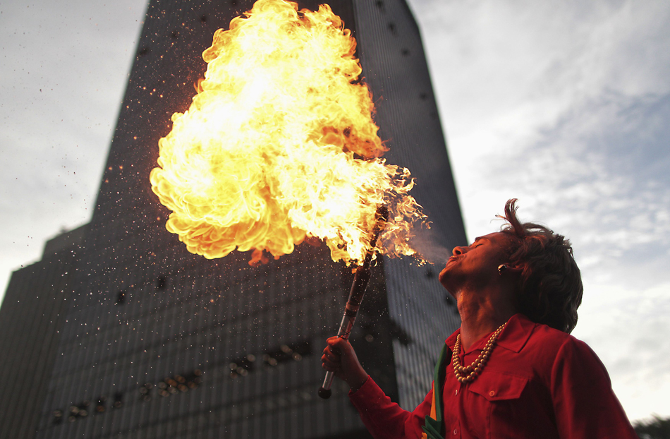 Jovem vestido de Dilma Rousseff cuspiu fogo no mapa do Brasil em ato no Centro