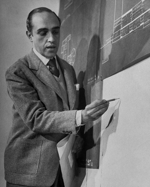 Em 1947, Niemeyer discute o projeto da sede da ONU