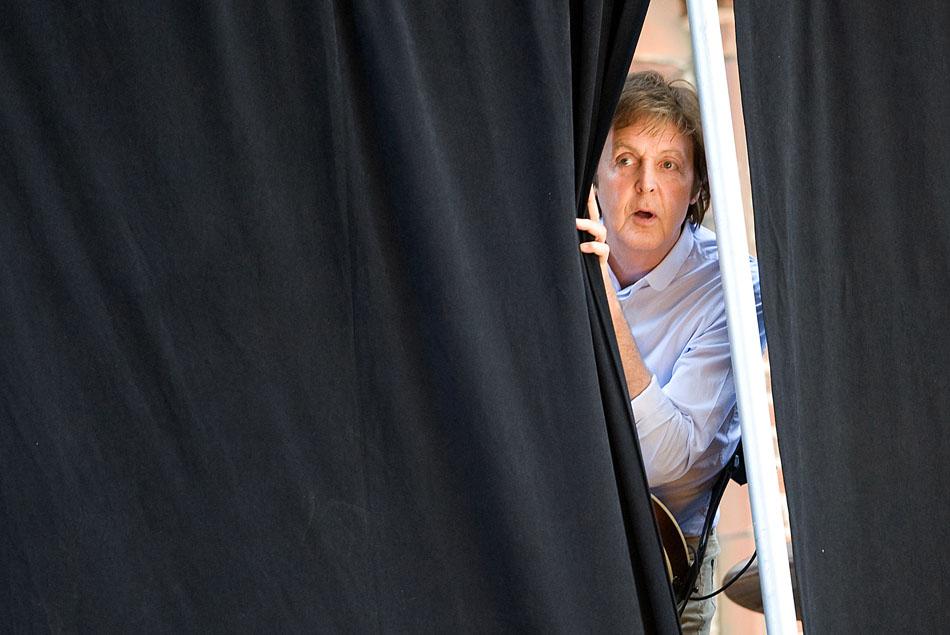 Paul McCartney olha através das cortinas durante ensaios