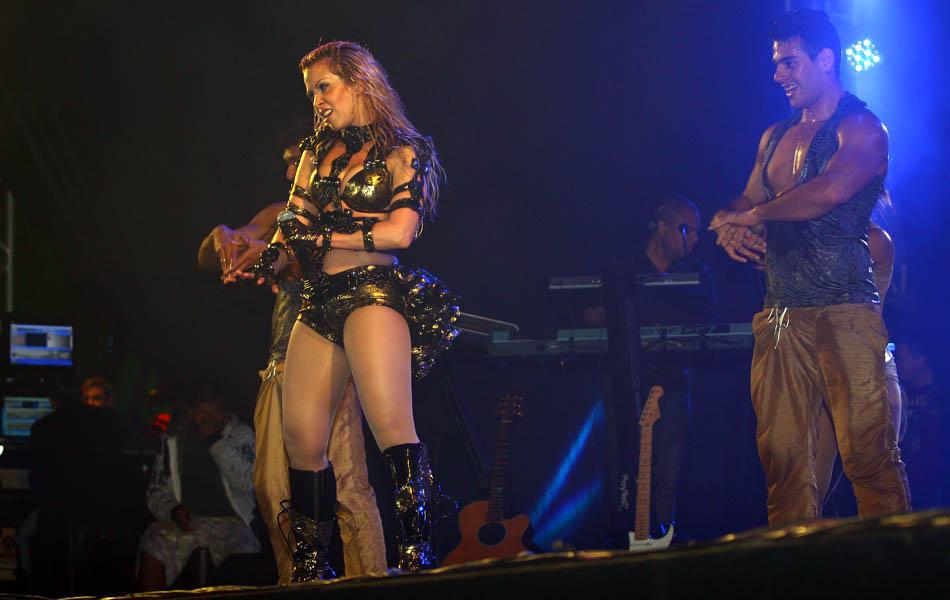 Joelma dança no palco com o Calypso