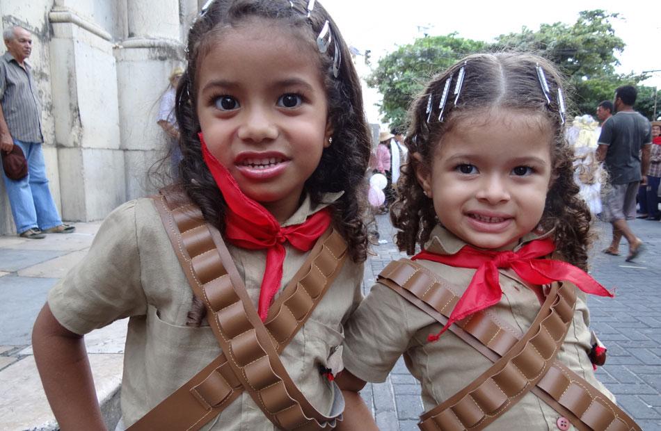 Na concentração, em frente à Igreja da Boa Vista, as irmãs Lavínia, 4 anos, e Lívia, 3, vestidas de cangaceiras.