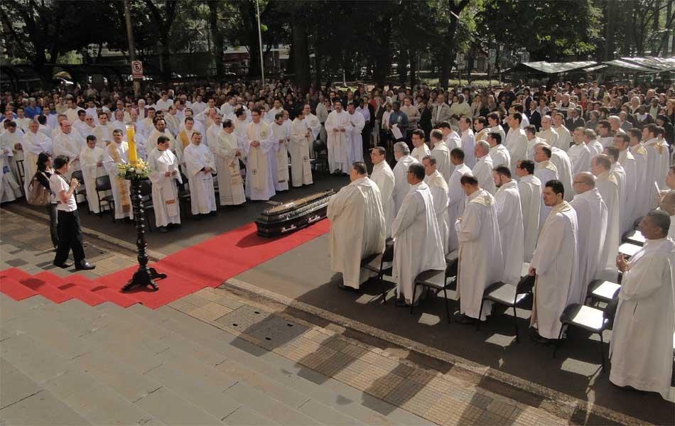 Mais de 100 padres e bispos participaram do enterro de Dom Joviano neste sábado (23), segundo a Cúria Metropolitana