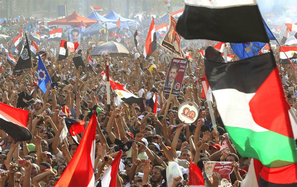 Multidão toma a praça Tahrir, no Cairo, para celebrar a vitória de Mohamed Morsi, novo presidente o Egito