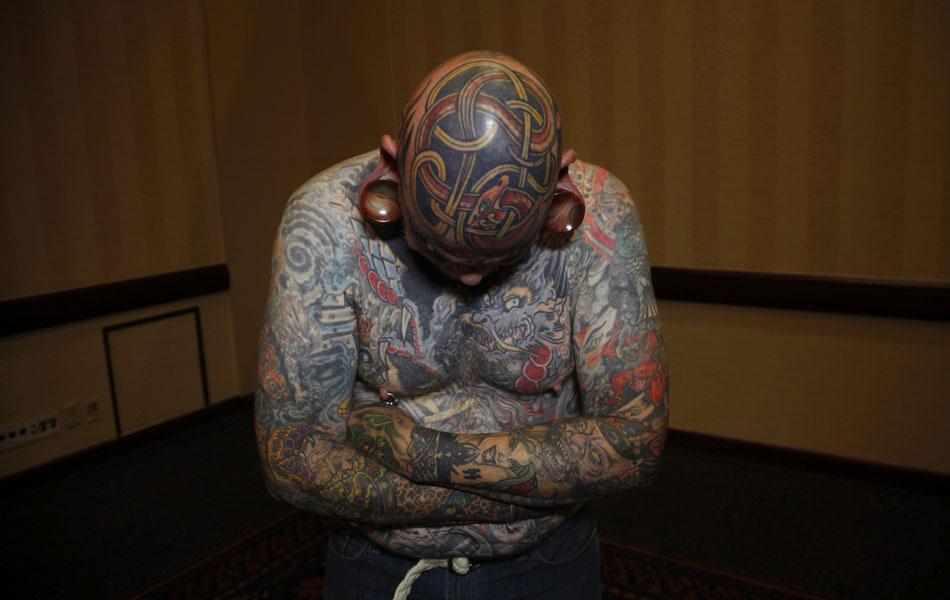 'Viciado' em tatuagens mostra os desenhos de tema celta em sua cabeça, uma das tatuagens colecionadas ao longo de 40 anos, durante feira em Cincinatti, em 14 de abril