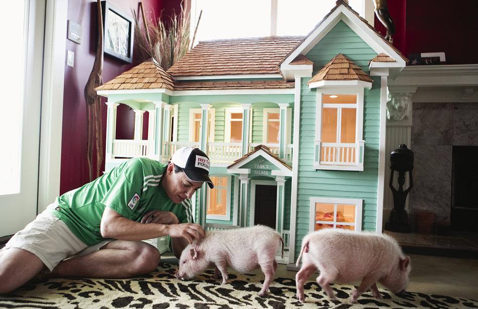 Guillermo Gonzales construiu uma réplica de sua casa para seus dois porcos de estimação em Austin, Texas.