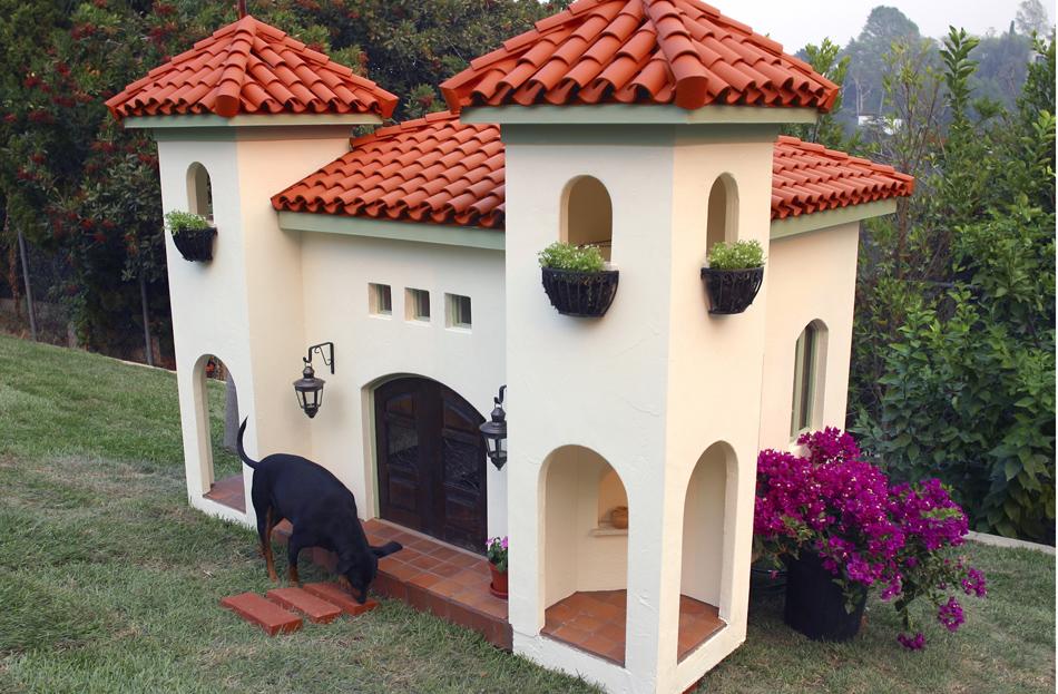Casa em estilo mediterrâneo, com pisos de terracota e telhas feitas à mão, desenhado pela indústria La Petite Maison.