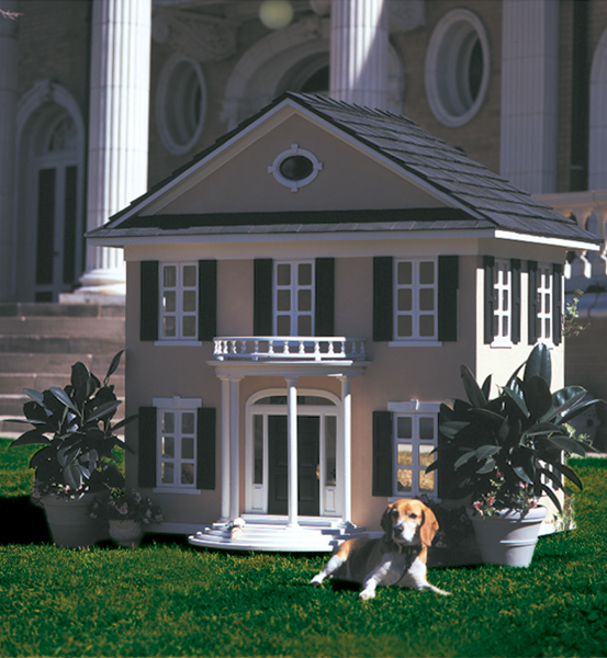 Casa em estilo colonial construída para um beagle no jardim de uma mansão em Denver. Os proprietários gastam centenas e até milhares de dólares em casas personalizadas, mas os cães nem sempre usam.