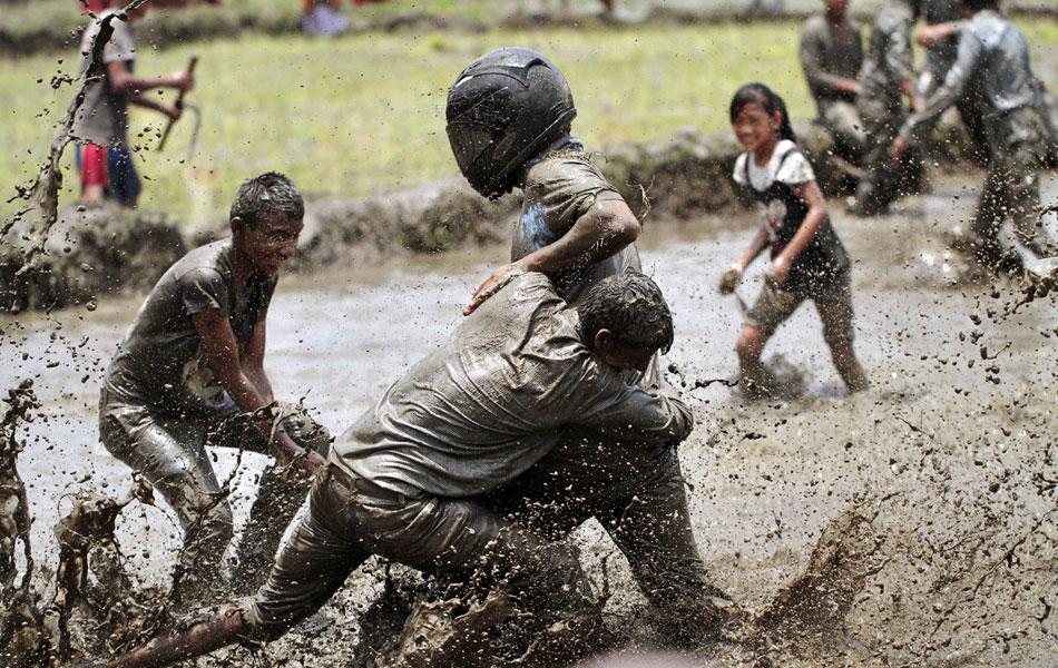 Fazendeiros nepaleses da região de Pokhara celebram com muita lama nesta época do ano o tradicional festival do plantio de arroz, conhecido como 'Asar Phandra'. 'Guerras' de lama fazem parte da festividade.