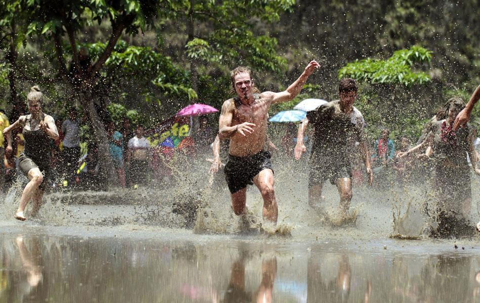 Fazendeiros nepaleses da região de Pokhara celebram com muita lama nesta época do ano o tradicional festival do plantio de arroz, conhecido como 'Asar Phandra'. Visitantes estrangeiros são bem-vindos na festividade.