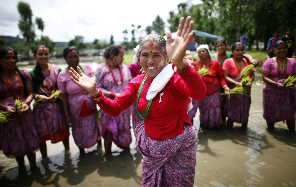 Fazendeiros nepaleses da região de Pokhara celebram com muita lama nesta época do ano o tradicional festival do plantio de arroz, conhecido como 'Asar Phandra'. Na foto, mulheres nepalesas cantam antes de brincar na lama.