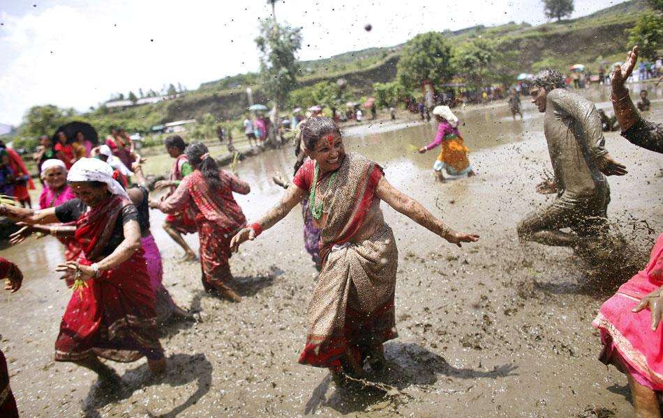 Fazendeiros nepaleses da região de Pokhara celebram com muita lama nesta época do ano o tradicional festival do plantio de arroz, conhecido como 'Asar Phandra'.