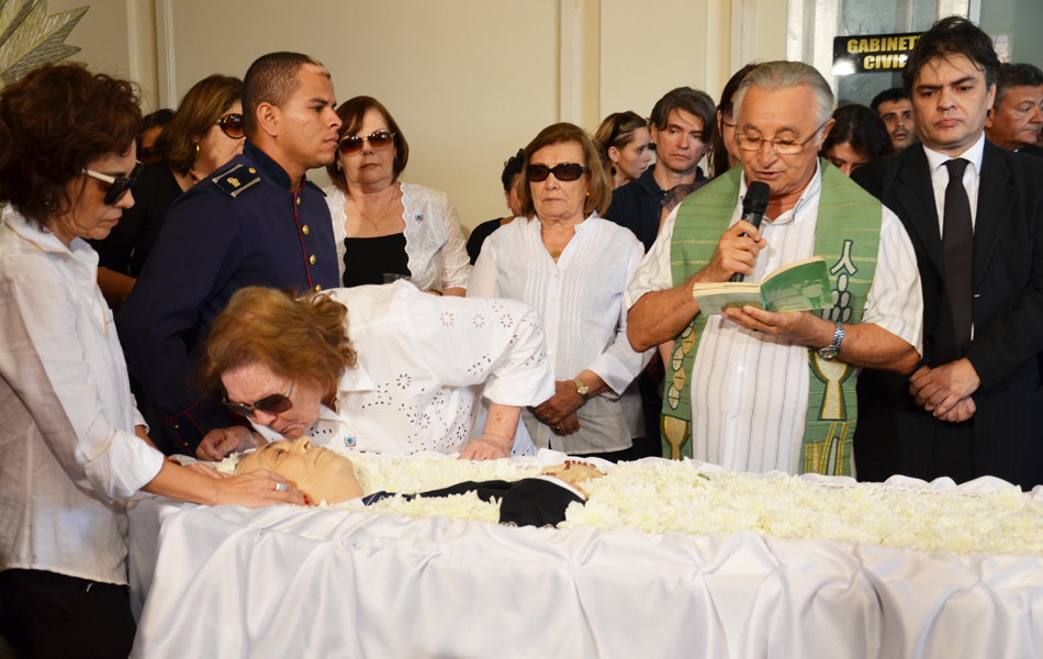 O deputado estadual Frei Anastácio realizou uma oração durante o velório ao lado da família de Ronaldo Cuha Lima