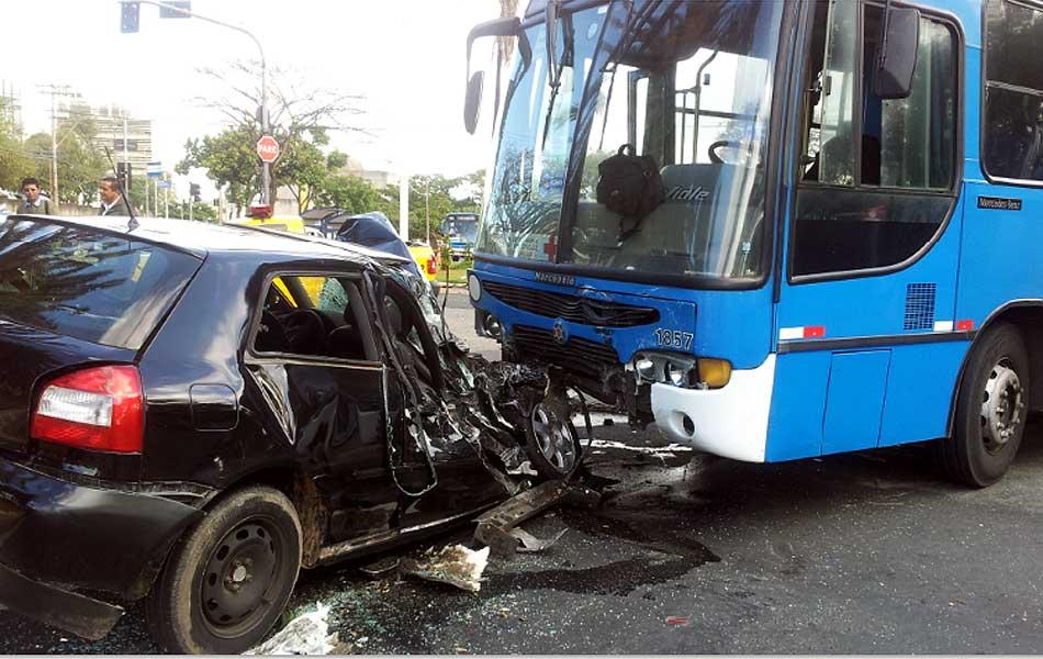 Carro bate contra ônibus em Campinas: (Foto: Fernando Pacífico/G1Campinas)