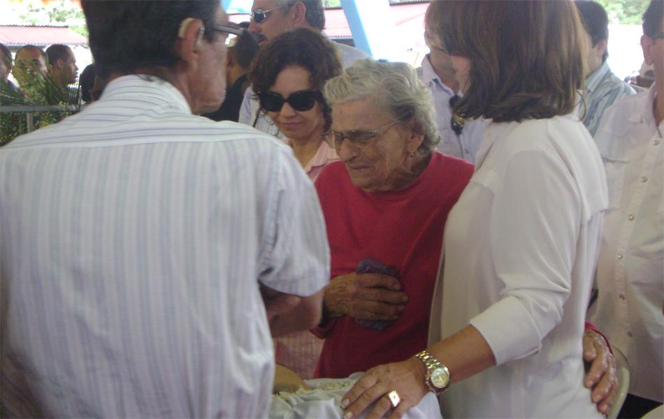 Aposentada Angelina Bernado teve acesso ao caixão e ficou emocionada. Ela beijou as mãos de Ronaldo