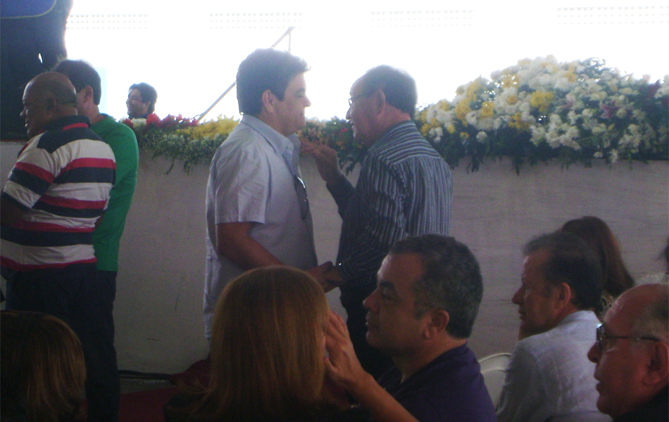 Ronaldo Cunha Lima Filho também esteve no velório de Campina Grande