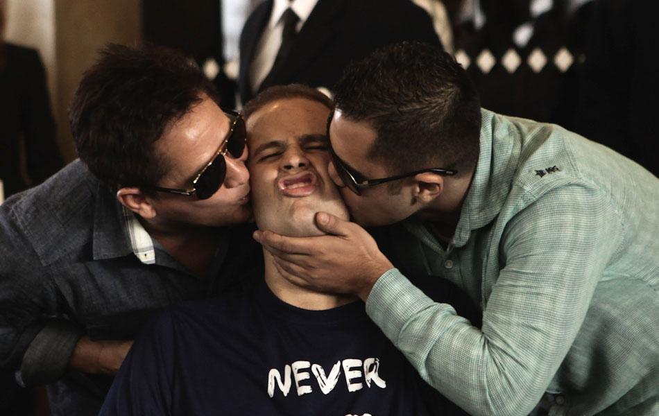 Pedro é beijado pelo pai e pelo primo e parceiro Thiago