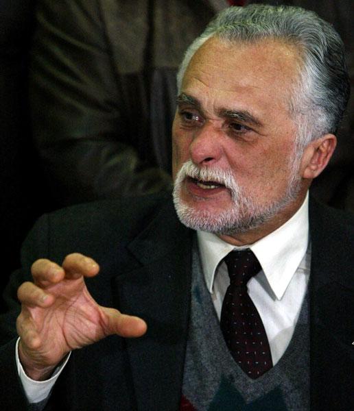 O então presidente do PT, José Genoino, também aparece ligado ao esquema. Ele anuncia o afastamento da liderança do partido em 9 de julho de 2005.