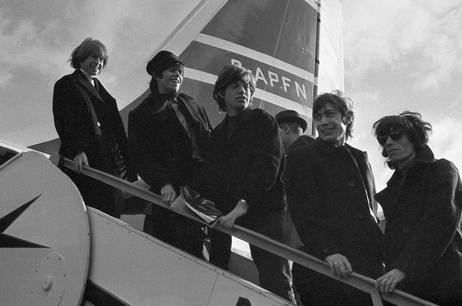 Ainda com Brian Jones em sua formação, os Rolling Stones desembarcam em Londres depois de turnê nos Estados Unidos em 1964.