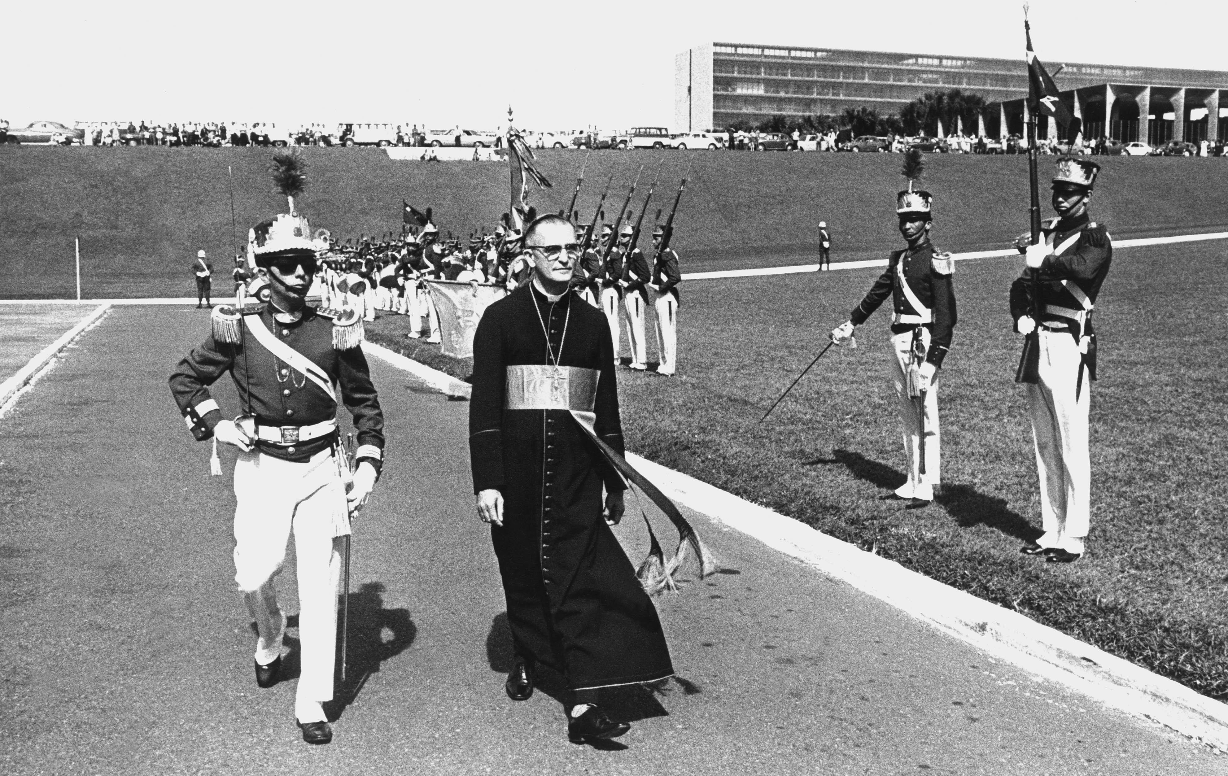 Cardeal dom Eugenio Sales caminha escoltado por guardas da presidência quando seguia para o Congresso Eucarístico realizado em Brasília, em maio de 1970.