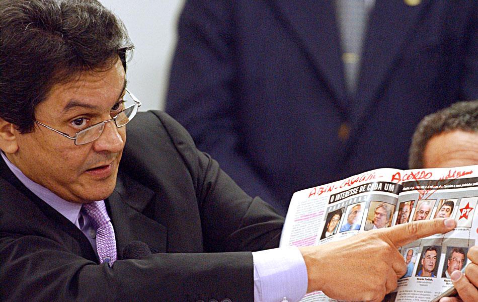 Ainda na CPI dos Correios, o então dep. federal Roberto Jefferson (PTB-RJ), que tinha ligações com Marinho, dá o estopim ao escândalo do mensalão acusando líderes e dirigentes do PL e do PP de receberem mesada do PT em troca de apoio no Congresso.